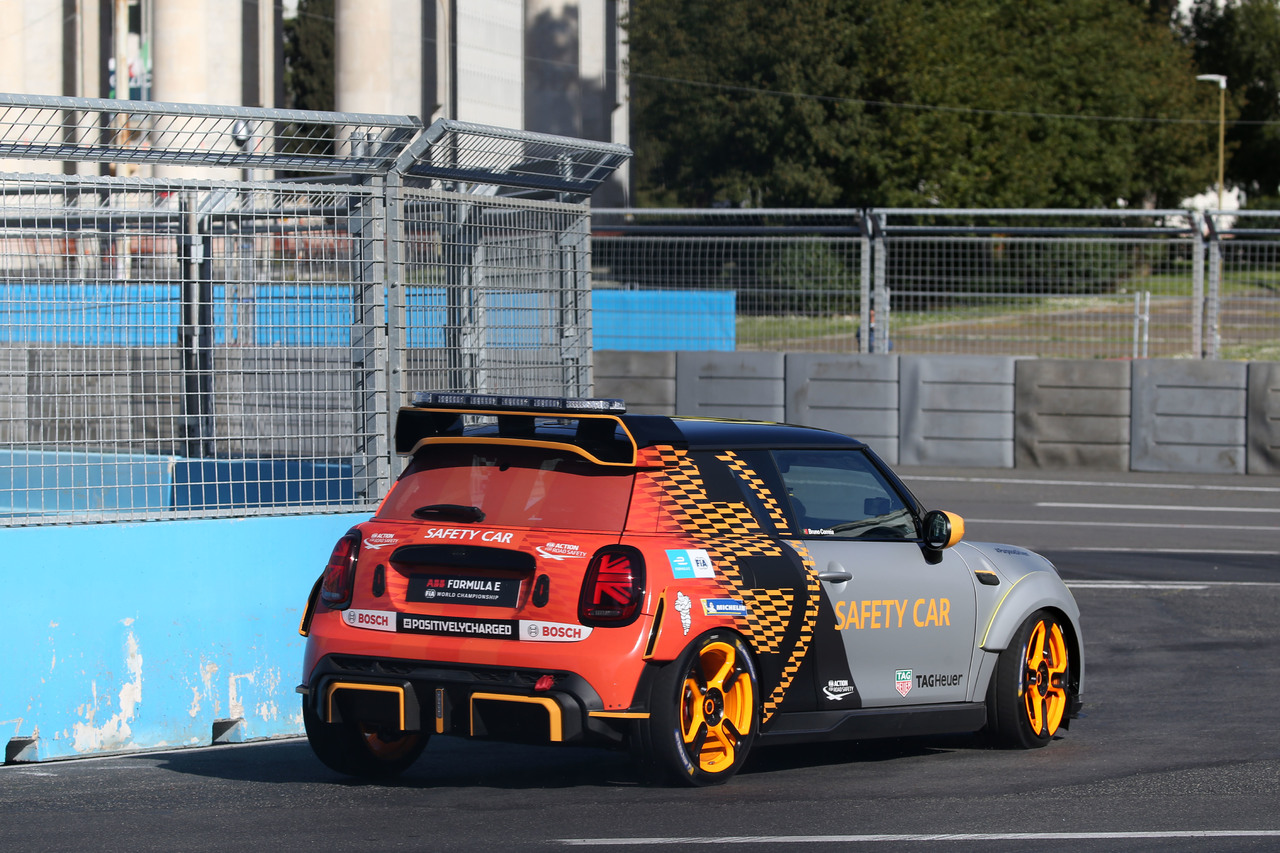 Neues FIA Formula E Safety Car der BMW Group feierte beim Rome E-Prix seine Premiere: der MINI Electric Pacesetter inspired by JCW.