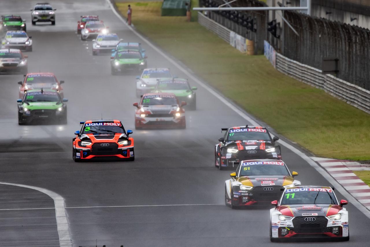ADAC GT MAsters: Audi-Kundenteam übernimmt mit Sieg die Tabellenführung.